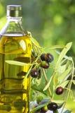 瓶额外的油橄榄色贞女 库存图片
