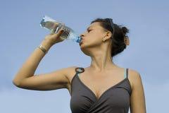 瓶饮用水妇女年轻人 库存图片