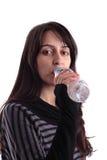 瓶饮用的女孩俏丽的水 图库摄影