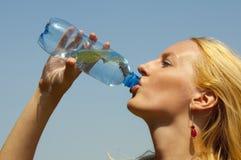 瓶饮用的女孩塑料水 免版税库存照片