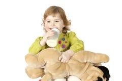 瓶饮用的女孩少许牛奶 免版税库存照片