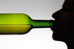 瓶饮用的妇女 免版税图库摄影