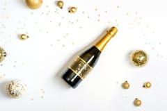 瓶香槟和金子圣诞节球 免版税库存照片