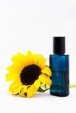 瓶香水向日葵 库存图片