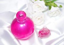 瓶香水和指甲油 免版税库存图片