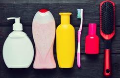 瓶香波,阵雨胶凝体,肥皂,香水,牙刷,梳子 库存图片