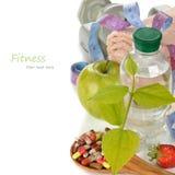 瓶水和一片绿色叶子 库存照片