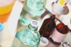 瓶医学在医院实验室 免版税库存照片