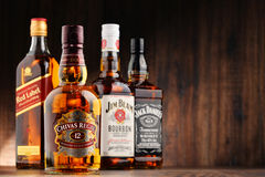 瓶从美国和苏格兰的四个威士忌酒品牌 免版税库存照片