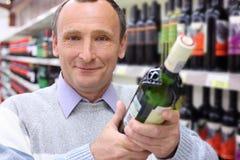 瓶年长愉快的人酒 免版税图库摄影
