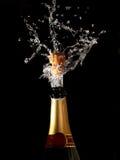 瓶shotting香槟的黄柏 免版税库存图片