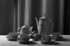 瓷与一个样式的茶具以在一张白色桌布的花的形式 图库摄影