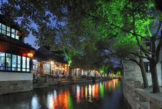 瓷城市夜间水zhouzhuang 库存图片