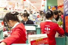瓷大型超级市场购物微笑的妇女 库存照片