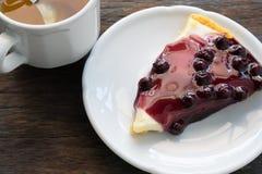 瓷断送新瓷草莓茶时间 蓝莓蛋糕和中国茶在木背景 免版税图库摄影