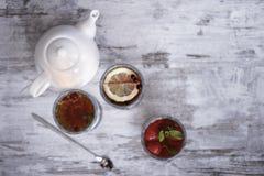 瓷断送新瓷草莓茶时间 免版税库存照片