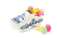 瓷木鞋子纪念品用老荷兰甜点填装了 库存照片