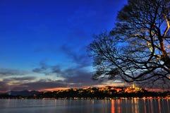 瓷杭州西方湖的晚上 免版税库存图片
