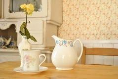 瓷杯子和水罐 免版税库存照片