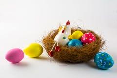 瓷母鸡和复活节彩蛋 免版税库存图片