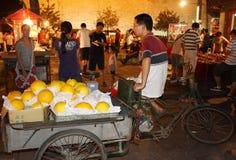 瓷水果市场晚上卖主街道 免版税图库摄影