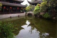 瓷灯笼筑成池塘红色反映四川寺庙 免版税库存照片