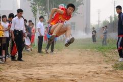 瓷野外比赛跳长的学员跟踪 库存图片
