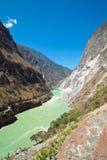 瓷飞跃在shangri老虎云南附近的峡谷la 免版税库存图片