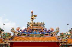 瓷龙屋顶雕象寺庙 免版税库存图片