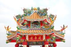 瓷龙屋顶雕象寺庙 库存照片