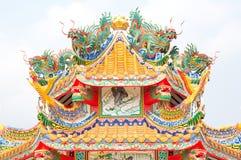 瓷龙屋顶雕象寺庙 免版税图库摄影