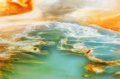 瓷水池背景在黄石公园,美国 库存图片