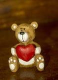 瓷fidurins拿着心脏的一点熊 免版税库存图片