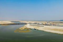 甘加在印度- Kumbha Mela节日的举行的最大的宗教集会的河堤防,地方鸟瞰图  免版税图库摄影