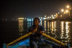 甘加河的船员在晚上 瓦腊纳西是其中一个最重要的朝圣站点在印度 库存照片