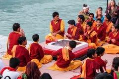 甘加Aarti仪式在日落的Parmarth Niketan聚会所 印度印第安rishikesh楼梯寺庙 库存图片