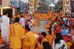 甘加Aarti仪式在日落的Parmarth Niketan聚会所 瑞诗凯诗是瑜伽的世界资本,有也的许多瑜伽中心 免版税图库摄影
