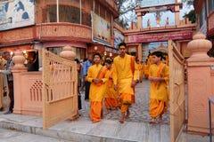甘加Aarti仪式在日落的Parmarth Niketan聚会所 瑞诗凯诗是瑜伽的世界资本,有也的许多瑜伽中心 图库摄影