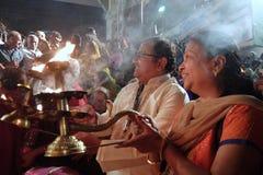 甘加Aarti仪式在日落的Parmarth Niketan聚会所 库存图片