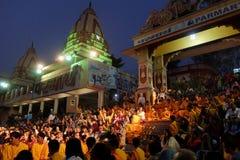 甘加Aarti仪式在日落的Parmarth Niketan聚会所 库存照片