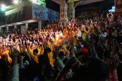 甘加Aarti仪式在日落的Parmarth Niketan聚会所 图库摄影