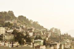 甘托克市,锡金的印度州最大的镇美好的全景视图,位于东部喜马拉雅范围  库存照片