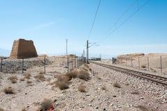 甘肃,中国- 2015年4月13日:与伟大的Wa的铁路轨道横穿 库存图片