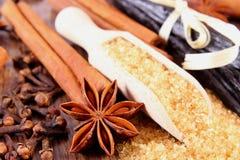 甘蔗、香草、肉桂条、八角和丁香在木表面板条 库存图片