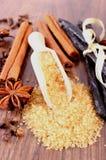 甘蔗、香草、肉桂条、八角和丁香在木表面板条 图库摄影