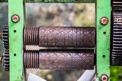 甘蔗汁机器指南老生锈的车轴  免版税库存图片