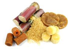 甘蔗,新鲜的藤茎,砂糖,甘蔗坚实集中,糖求从甘蔗和各种各样的种类的深色的褐色的立方 库存照片