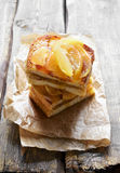 甜三明治用焦糖的苹果 免版税库存图片