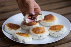 甜乳酪薄煎饼用填装在板材的樱桃 免版税库存图片