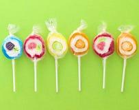 甜五颜六色的棒棒糖 免版税库存照片